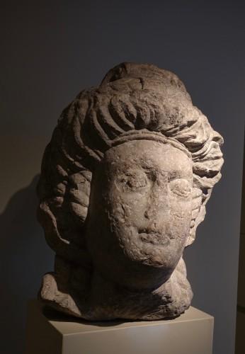 Monumental feminine head - Roman Empire (Palmira?) - 3rd-4th century AD -