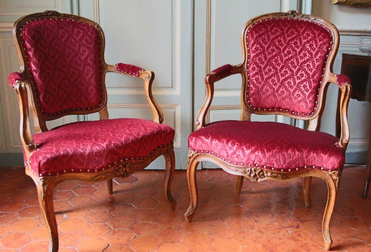 paire de fauteuils en cabriolet en noyer d 39 poque louis. Black Bedroom Furniture Sets. Home Design Ideas