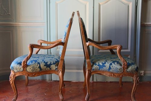 Antiquités - Pair of armchairs in natural wood, Régence period early eighteenth century