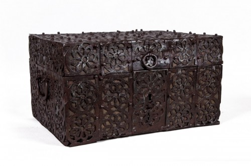 Rare chest, 16th century, in iron and wood, probably Spanish