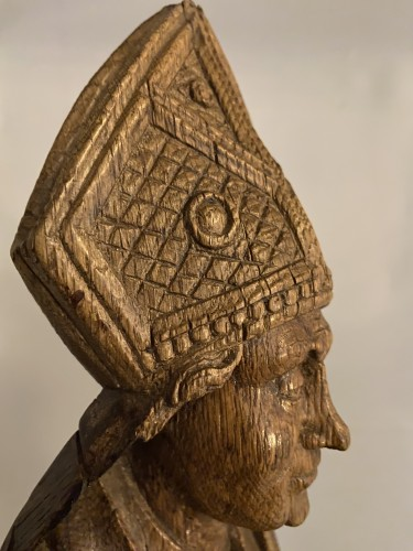 A very detailed sculptured bishop in oak - Flemish or French - 16th century -