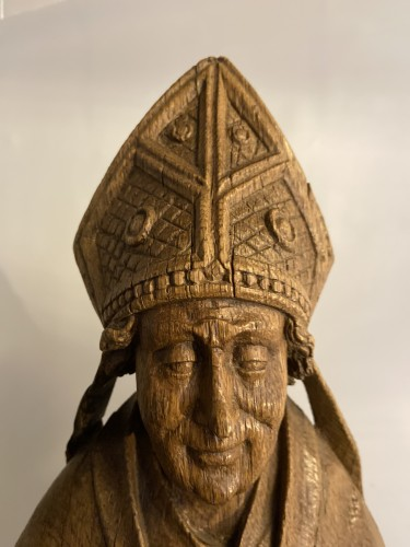 Middle age - A very detailed sculptured bishop in oak - Flemish or French - 16th century