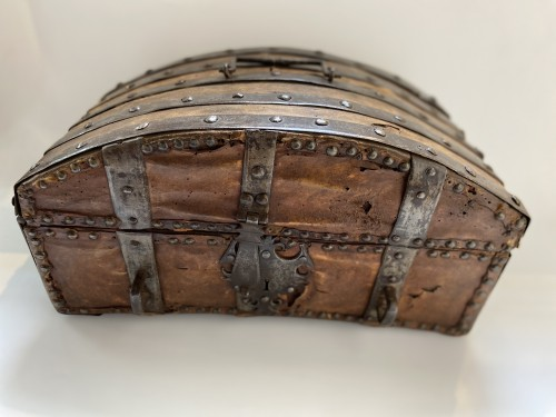 Curiosities  - A box in wood, leather and metal,  around 1600 France