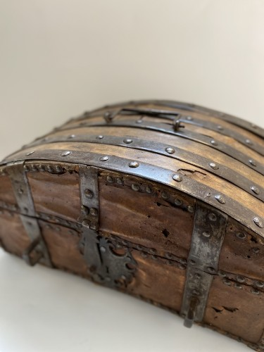 17th century - A box in wood, leather and metal,  around 1600 France