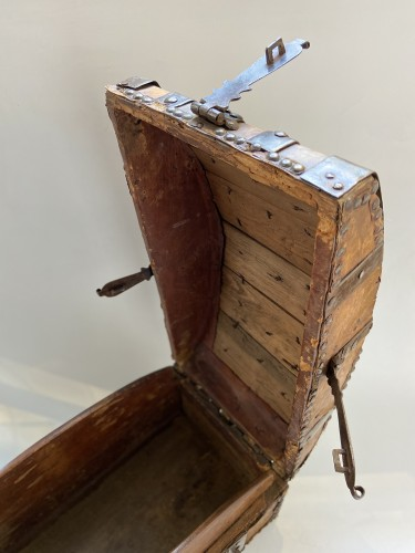 Antiquités - A box in wood, leather and metal,  around 1600 France