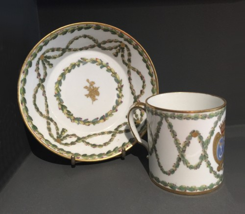 Sèvres hard-paste cup and its saucer, with armorial decoration, 1776 - Porcelain & Faience Style Louis XVI