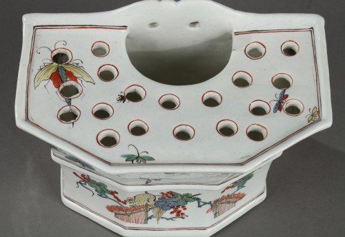 18th century - Chantilly soft-paste hanging flower-pot, circa 1735-1740