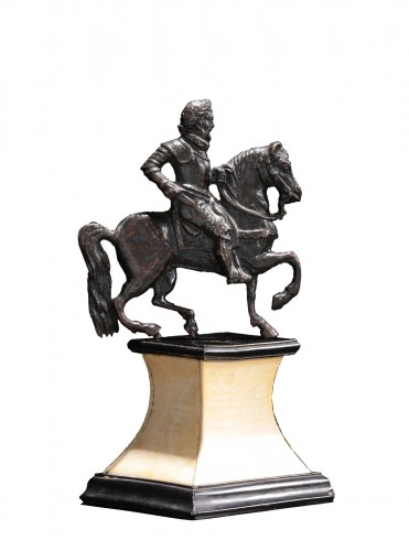 Applique bronze depicting a laureate and armored rider