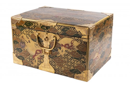Japan lacquered chest 17th