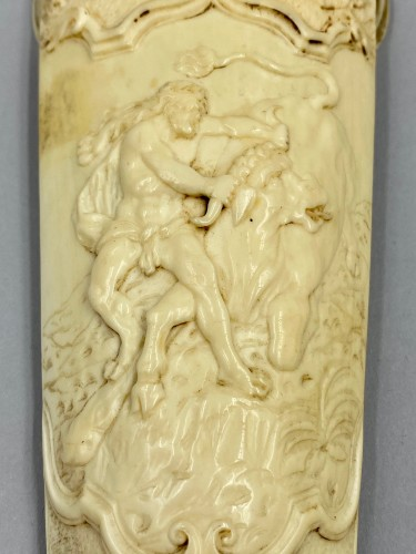 18th century ivory Tobacco grater - Achéloüs' Hercules terracing changed into a bull -