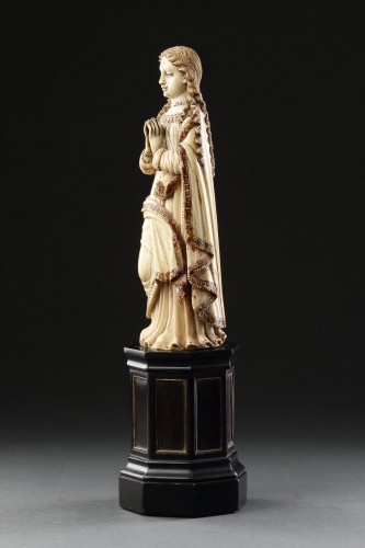 Carved Indo-Portuguese Ivory Madonna with Hands Clasped in Prayer - Sculpture Style