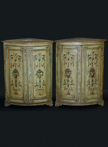 Pair of Italian, Neoclassical, painted corner cabinets - Furniture Style Louis XVI