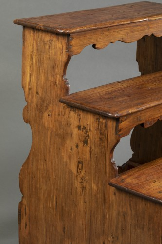 Italian library step ladder in poplar - Second half of the 17th century -