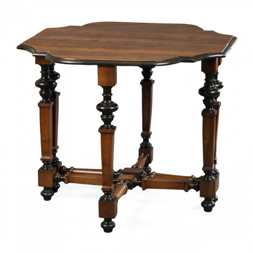 Table in walnut wood - North of Italy - Second half of the 17th century