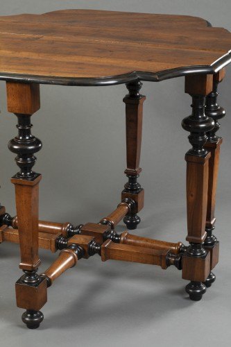 Antiquités - Table in walnut wood - North of Italy - Second half of the 17th century