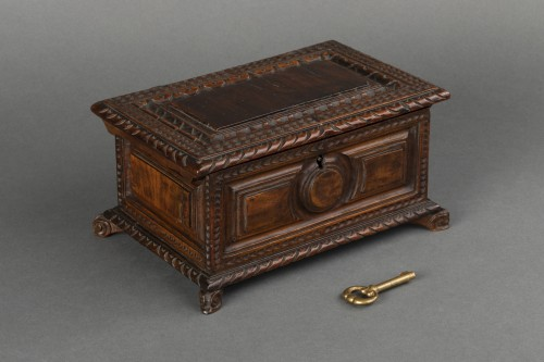 Objects of Vertu  - Walnut box set - Italy - 17th century