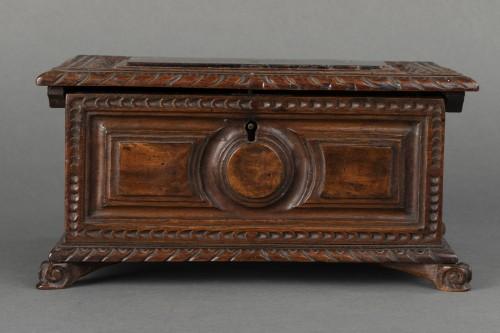 - Walnut box set - Italy - 17th century