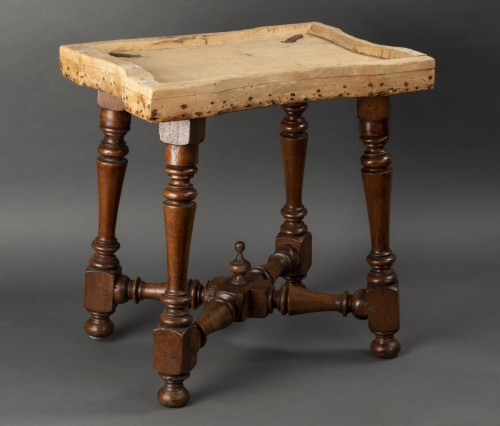 Antiquités - Pair of walnut stools - Northern Italy - second half of the 17th century