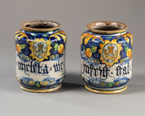 Two albarelli with the coat of arms of the Tiepolo family - Venice - 1560-1 - Porcelain & Faience Style