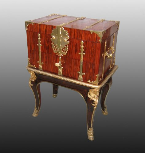 "A Louis XIV Box ""de changeur"" on its stand -"