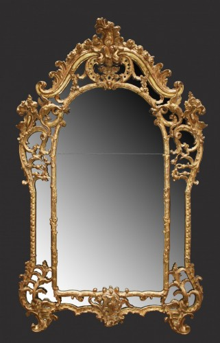 "A fine carved and giltwood  Mirror ""à parecloses"" - Mirrors, Trumeau Style French Regence"
