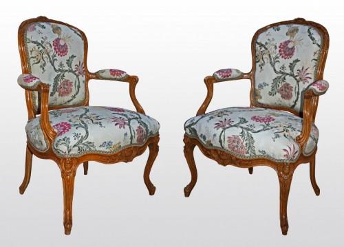 """Antiquités - A pair of Louis XV Fauteuils """"en Cabriolet"""" by Pierre Rémy"""