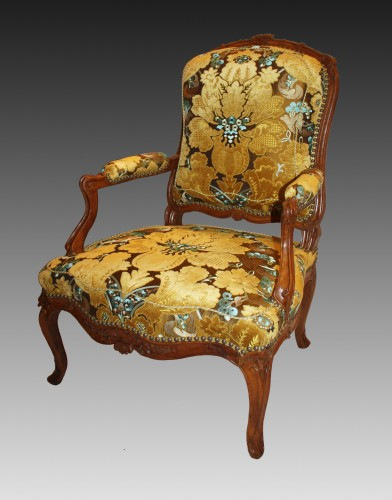 A pair of large Louis XV violin-shaped natural and carved-wood Fauteuils - Seating Style Louis XV