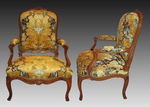 18th century - A pair of large Louis XV violin-shaped natural and carved-wood Fauteuils