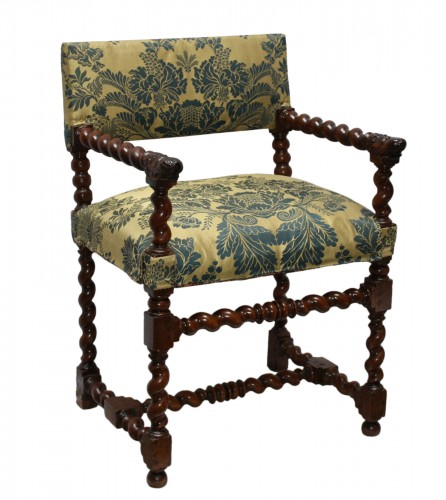 Armchair with lion muzzles