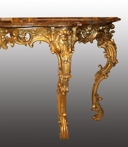 An important Louis XV giltwood Console-Table - Furniture Style Louis XV