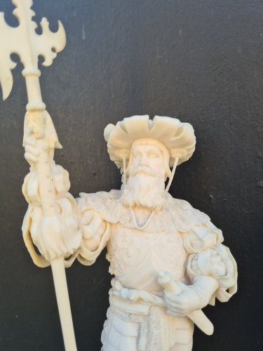 Pair Of Two Ivory Character, Lansquenets In Breastplate - Germany XIXth - Sculpture Style