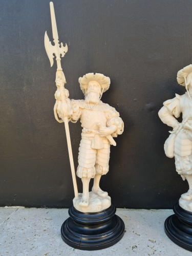 19th century - Pair Of Two Ivory Character, Lansquenets In Breastplate - Germany XIXth