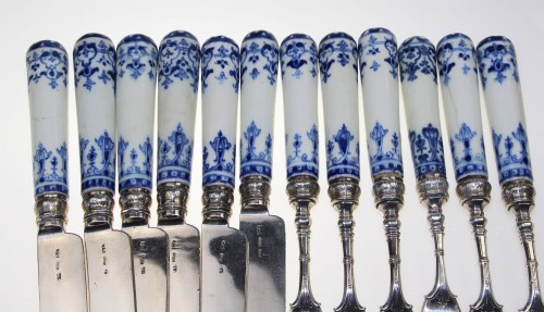 French Regence - Six knives and six forks with three teeth in soft porcelain of Saint-Cloud
