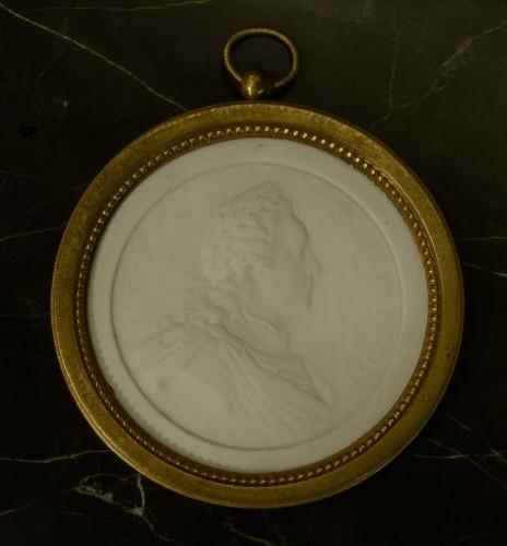 A Soft Paste biscuit Portrait of Louis XV - Porcelain & Faience Style Louis XV