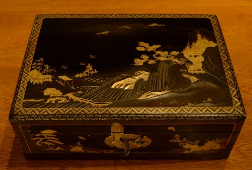 A  Japanese lacquer box - Asian Works of Art Style