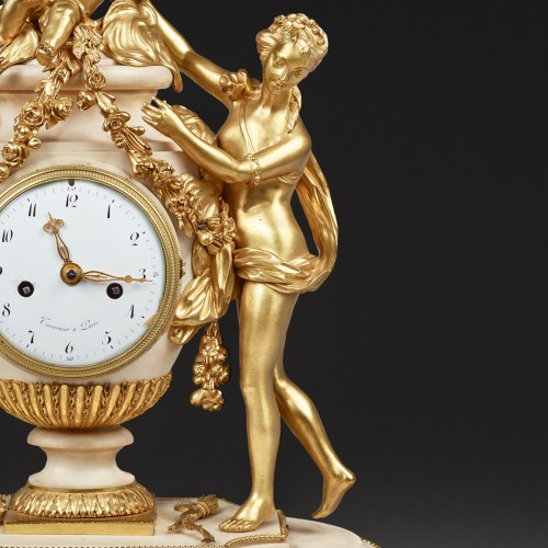 Horology  - Mantel clock in a vase shape surrounded by two Graces and a Putto