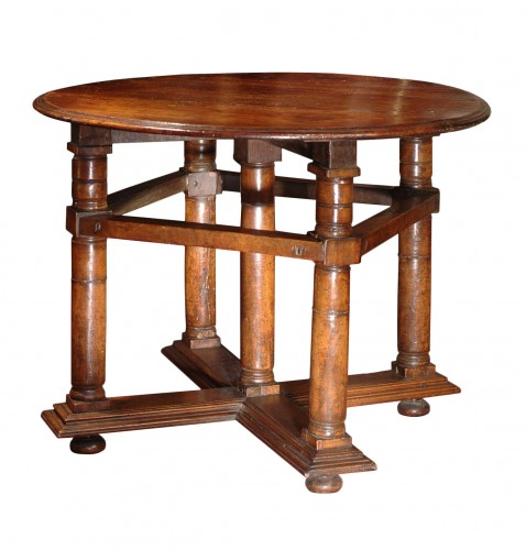 Exceptionnal light coloured walnut Renaissance table
