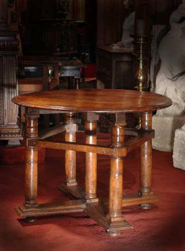 Exceptionnal light coloured walnut Renaissance table - Furniture Style Renaissance