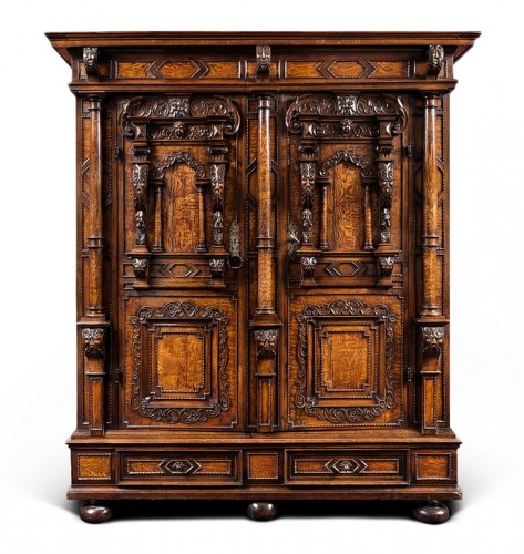 Exceptional three columns cupboard