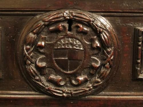 <= 16th century - A tuscan Renaissance carved dark walnut cassone
