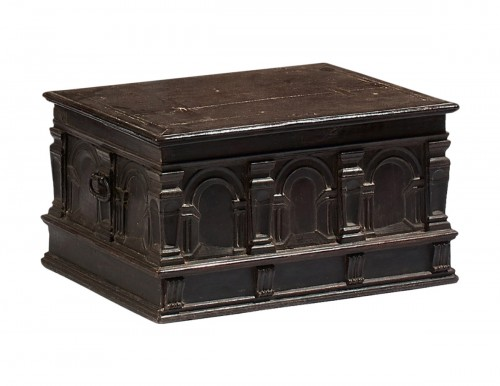 Renaissance casket with an arcature decor