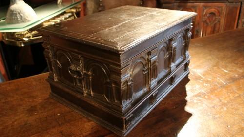 Renaissance casket with an arcature decor -