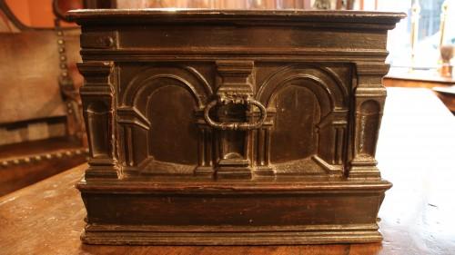 Renaissance - Renaissance casket with an arcature decor