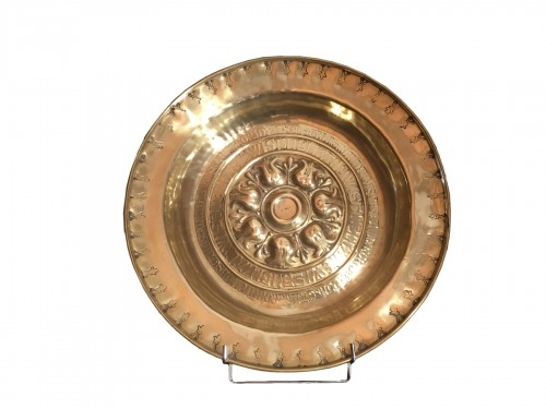 Brass alm dish with embossed and stamped decor (2 lines of inscriptions)