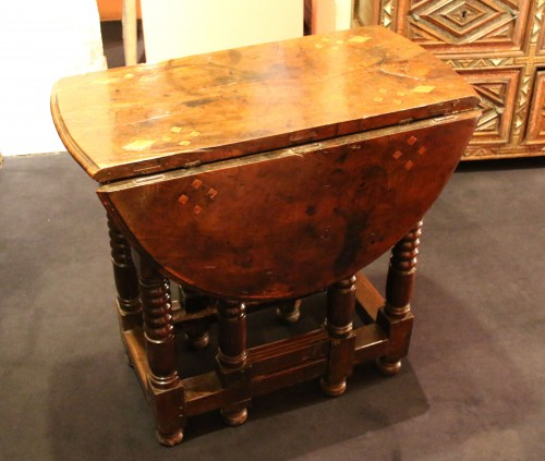 17th century - Small spanish drop-leaf table