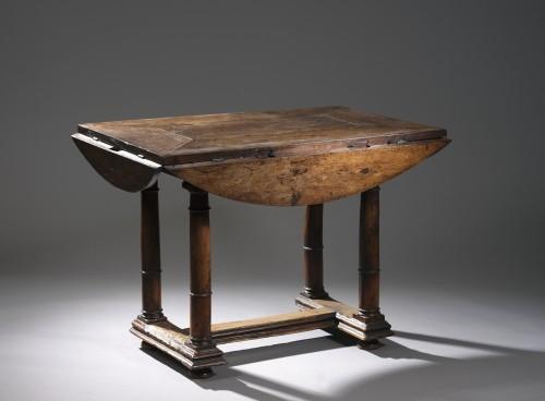 Walnut Oval leaf-table -