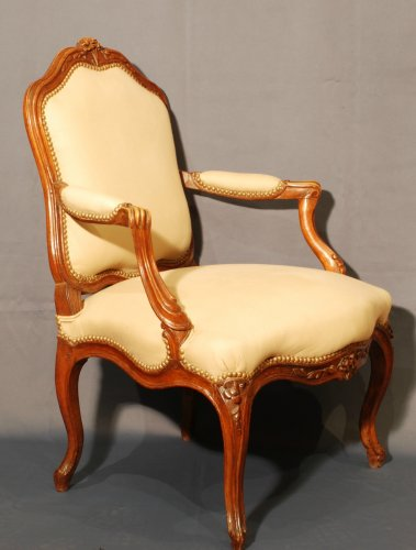 A pair of  Louis XV  carved walnut armchairs - Seating Style Louis XV