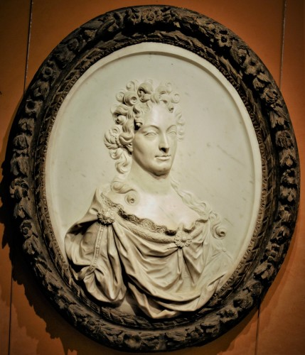 The Duchess of Burgundy marble medallion early 18th century - Sculpture Style Louis XIV