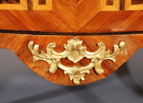 Transition - A small french Transition chest of drawers 18th century