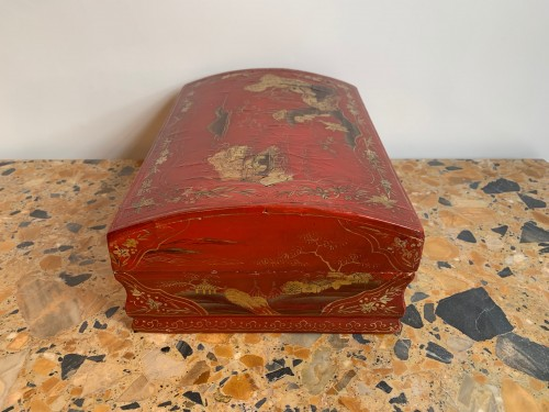 Red lacquer wig box -